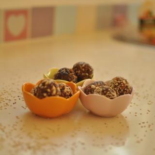 """טראפלס """"שוקולד"""" שקדים ותמרים"""
