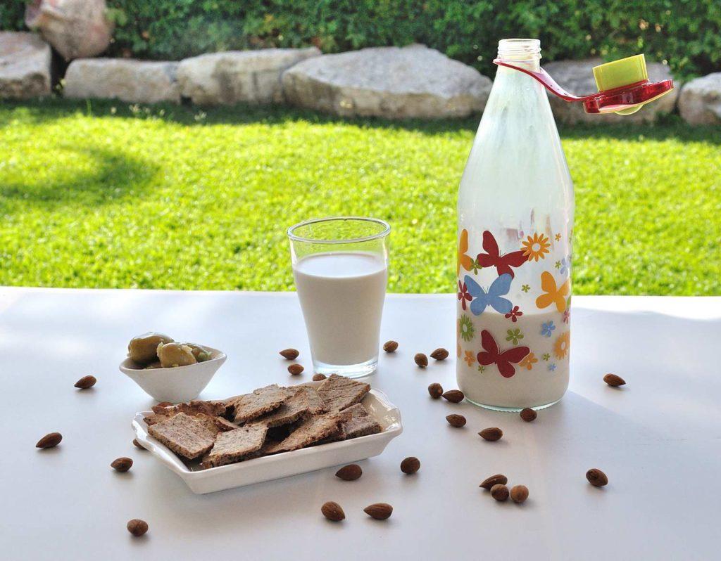 איך להכין חלב שקדים ביתי (פלוס בונוס! מה לעשות עם השאריות פולפה)